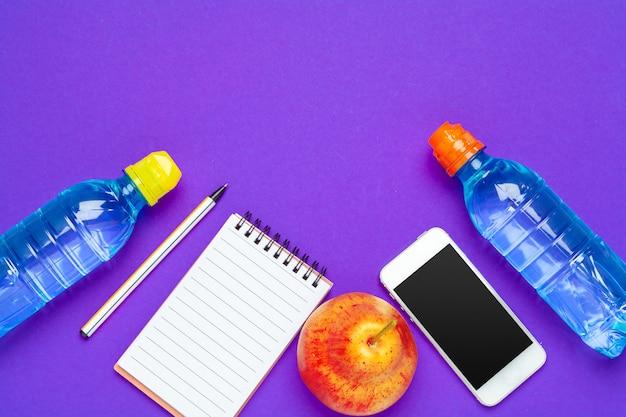 Widok z góry płaski układ materiałów biurowych z butelką z wodą