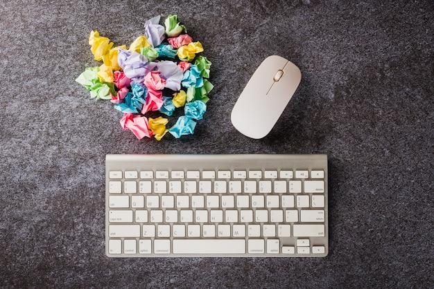 Widok z góry płaski układ wielu zmięty papier stick note ball z klawiaturą komputerową na biurku