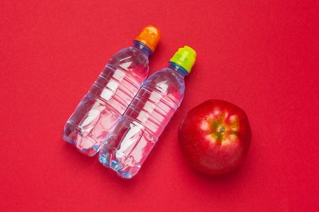 Widok z góry płaskie butelki z wodą