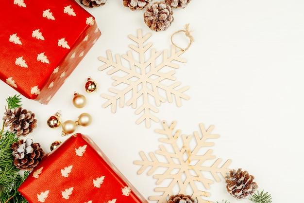 Widok z góry, płaskie leżał czerwone prezenty świąteczne na białym tle