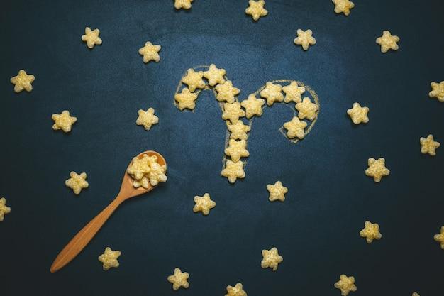 Widok z góry płasko leżał znak horoskopu byka z chrupiących gwiazd kukurydzy na czarnym tle
