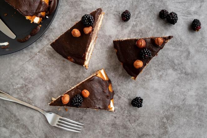 Widok z góry plastry ciasta ze sztućcami