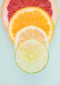 Widok z góry plastry owoców organicznych na stole