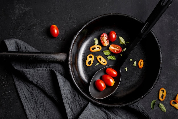 Widok z góry plastry pomidorów i papryczki chili na patelni