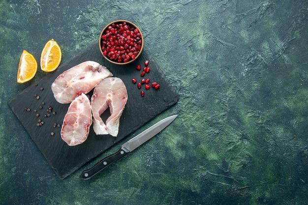 Widok z góry plastry świeżej ryby na ciemnym tle mięso oceanu owoce morza posiłek morski danie jedzenie pieprz woda surowa