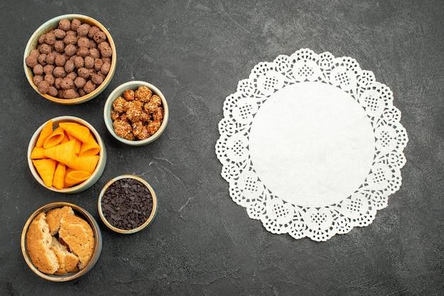 Widok z góry płatki czekoladowe z frytkami na ciemnoszarym tle w kolorze nakrętka przekąska