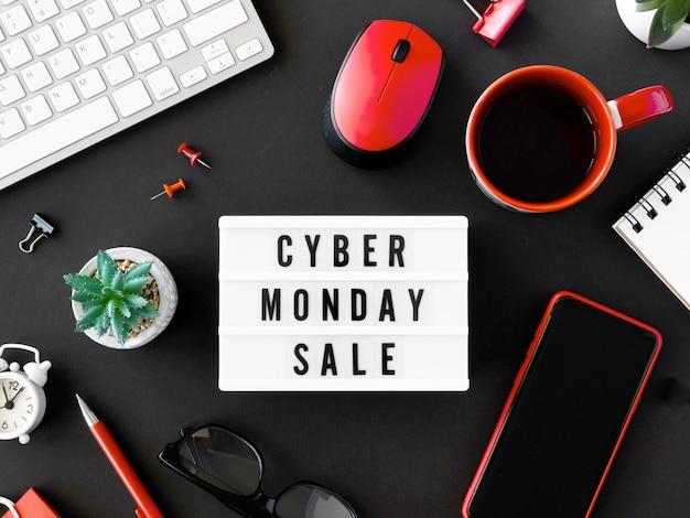Widok z góry podświetlanego pudełka i kawy na cyber poniedziałek