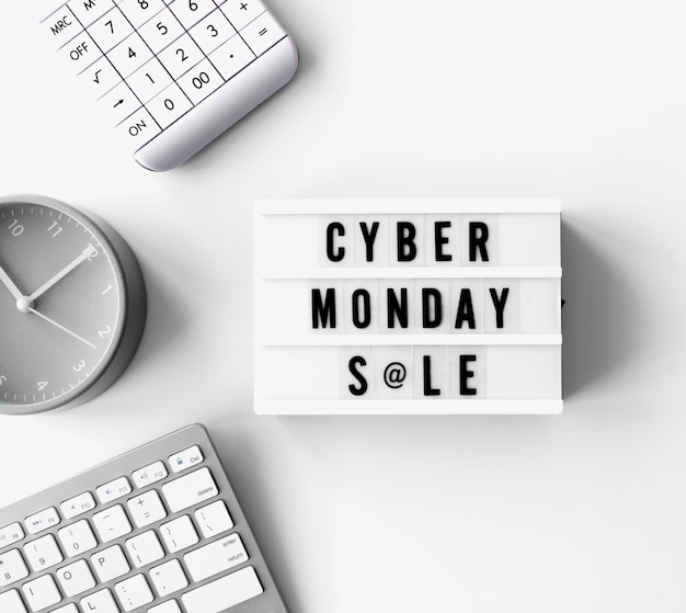 Widok z góry podświetlanego pudełka z kalkulatorem i zegarem na cyber poniedziałek