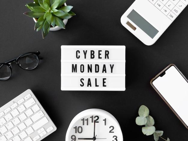 Widok z góry podświetlanej skrzynki na cyber poniedziałek z zegarem i smartfonem