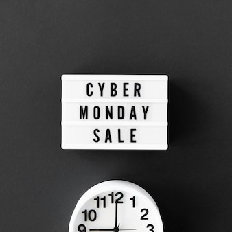 Widok z góry podświetlanej skrzynki na cyber poniedziałek z zegarem
