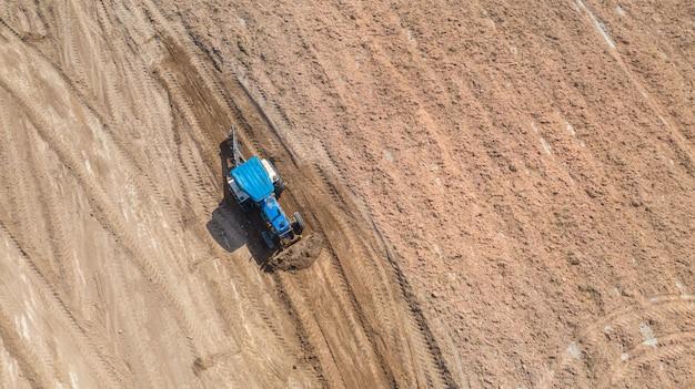 Widok z góry pojazdów rolniczych ciągnika pracujących w polu