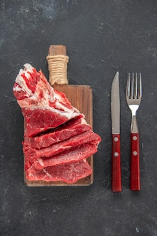 Widok z góry pokrojone świeże mięso z widelcem i nożem. mięsny obiad kolorowy posiłek spożywczy