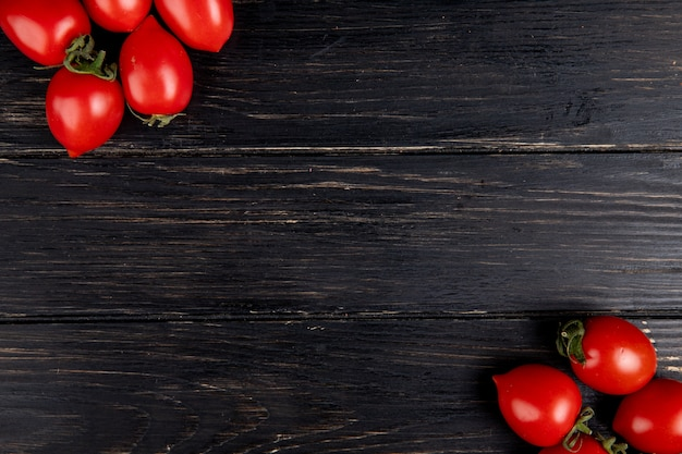 Widok z góry pomidorów po lewej i prawej stronie oraz drewnianej powierzchni z miejsca kopiowania
