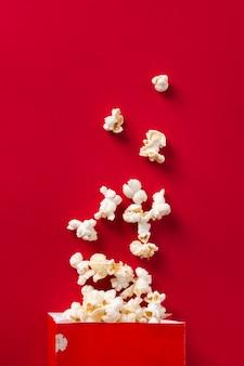 Widok z góry popcorn na czerwonym tle