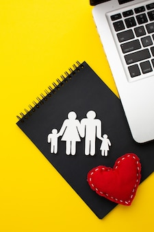 Widok z góry postać rodziny z sercem koncepcji