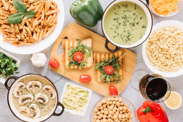 Widok z góry potraw z tostami i pomidorami cherry