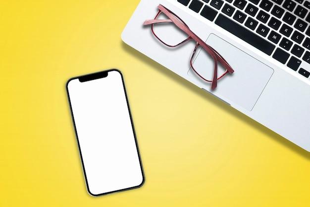 Widok z góry powyżej notebooka komputera telefonu na białym tle w stylu biurowym