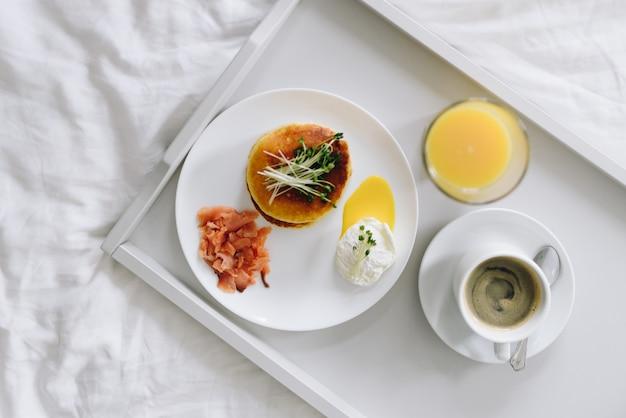 Widok z góry pożywne i smaczne śniadanie w łóżku na tacy widok z góry
