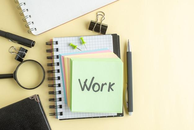 Widok z góry praca pisemna notatka wraz z kolorowymi niewielkimi papierowymi notatkami na jasnym tle notatnik pióro do pracy biuro szkolne zeszyt biznes pieniądze kolor pracy
