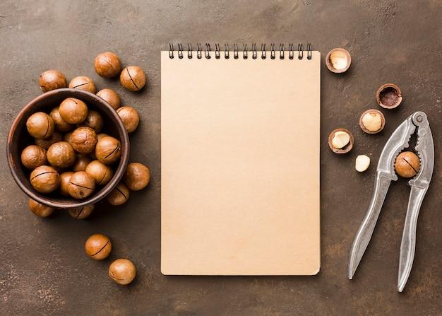 Widok z góry prażone orzechy laskowe z notatnika