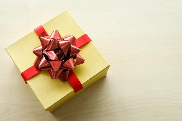 Widok z góry prezentów świątecznych na wnętrze drewnianego stołu do kopiowania tło przestrzeni, dekoracji podczas świąt bożego narodzenia i nowego roku.