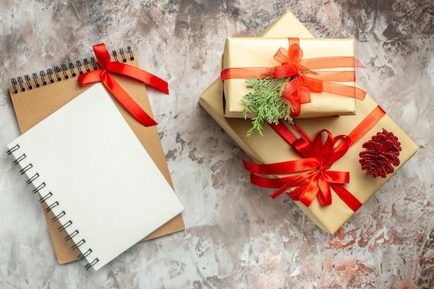 Widok z góry prezenty świąteczne związane z czerwoną kokardą na białym kolorze noworoczny prezent zdjęcie święta bożego narodzenia