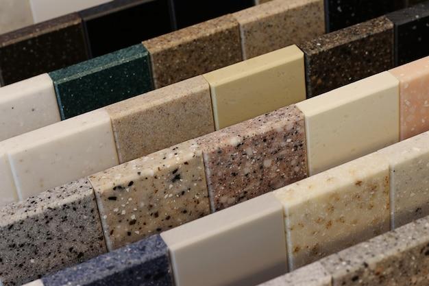 Widok z góry próbek kolorów kamienia na stole dębowym