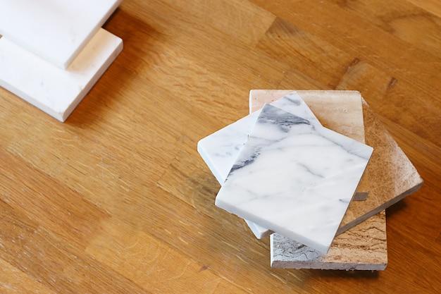 Widok z góry próbek kolorów marmuru na stole dębowym