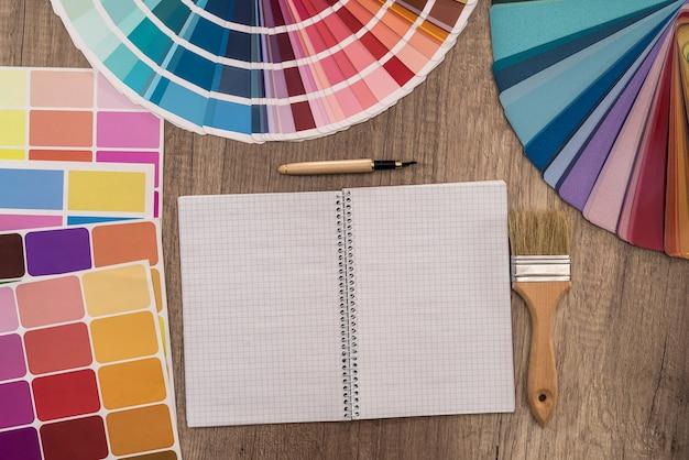 Widok z góry próbki koloru i pusty notatnik