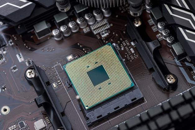 Widok z góry procesora komputera osobistego na płycie głównej