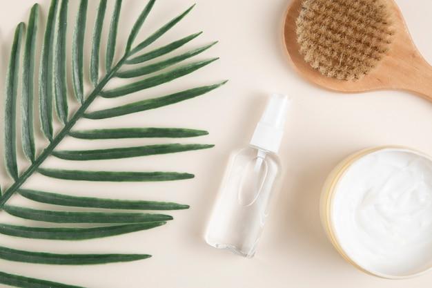 Widok z góry produktów do pielęgnacji liści i ciała