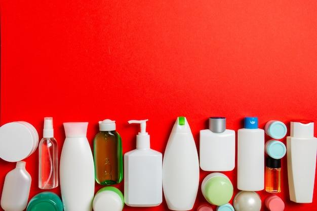 Widok z góry produktów kosmetycznych w różnych słoikach i butelkach na kolorowym tle. zbliżenie pojemników z miejscem na kopię.
