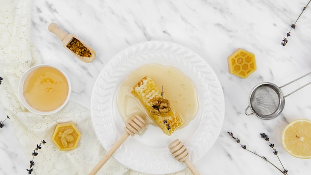 Widok z góry produktów pszczelich z lawendą