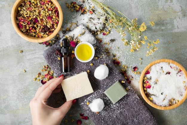 Widok z góry produkty do pielęgnacji skóry na stole