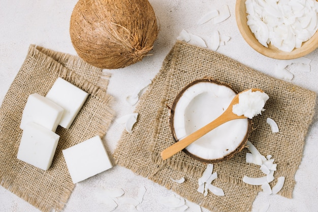 Widok z góry produkty kokosowe na worze