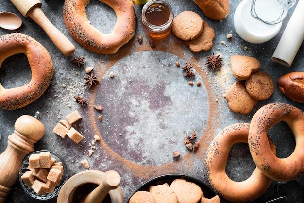 Widok z góry produkty piekarnicze z kostkami brązowego cukru