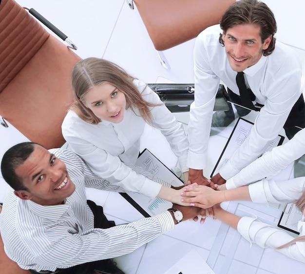 Widok z góry. profesjonalny zespół biznesowy pokazuje swój sukces. koncepcja pracy zespołowej