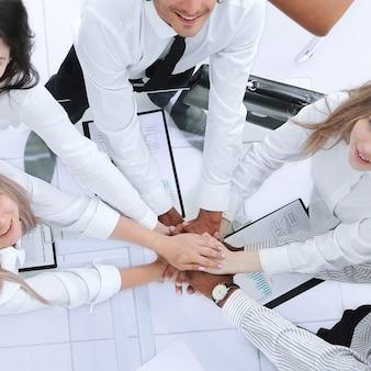 Widok z góry profesjonalny zespół biznesowy pokazuje swój sukces