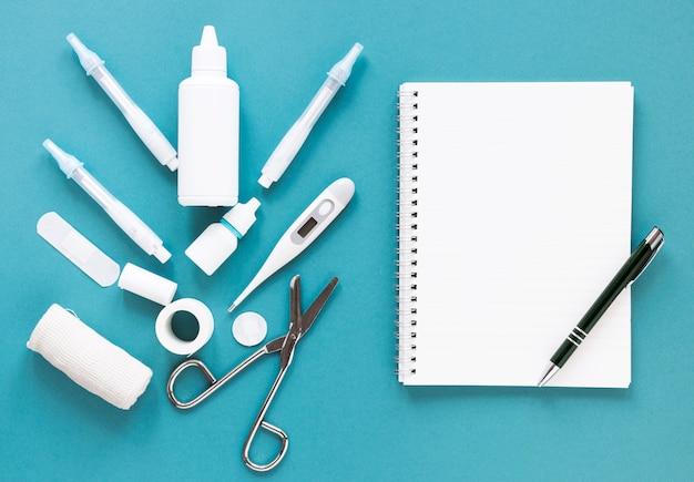 Widok z góry profesjonalnych narzędzi medycznych na stole