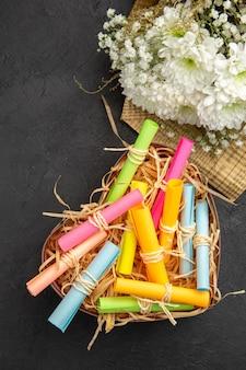 Widok z góry propozycja małżeństwa koncepcja przewijania życzeń w pudełku bukiet kwiatów na stole