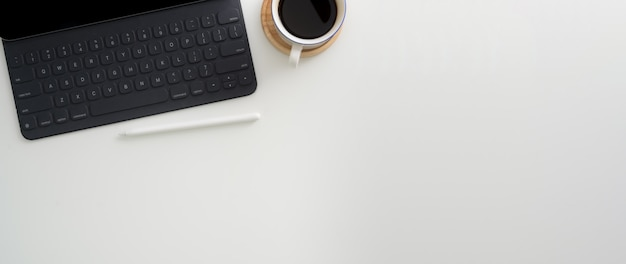 Widok z góry prostego obszaru roboczego z cyfrowym tabletem, rysikiem, filiżanką kawy