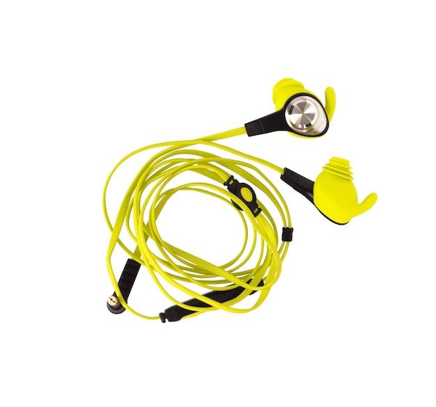 Widok z góry przewodowych sportowych słuchawek dousznych z mikrofonem na białym tle