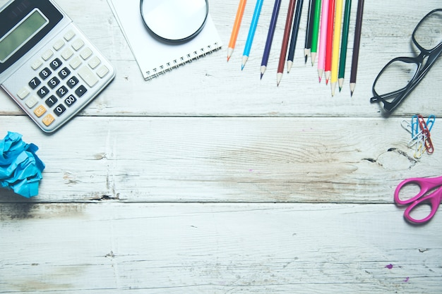 Widok z góry przyborów szkolnych na drewnianym stole
