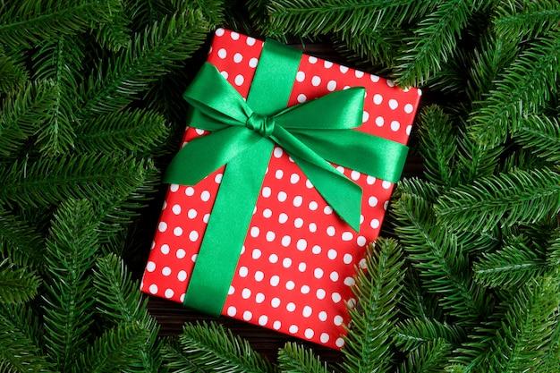 Widok z góry pudełko na prezent nowego roku ozdobione gałęzi drzewa jodły.