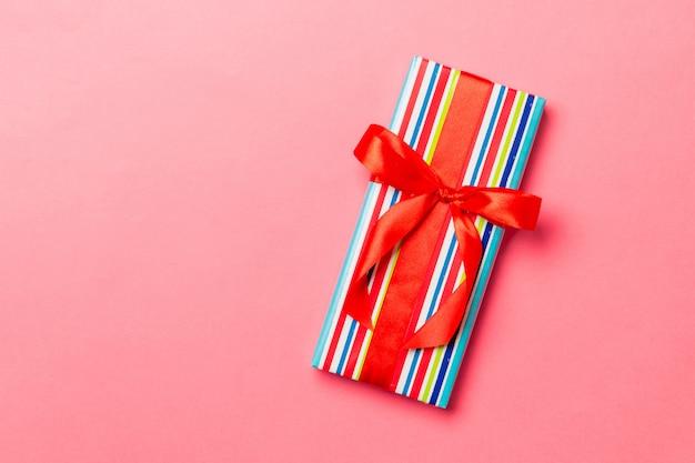 Widok z góry pudełko na prezent z czerwoną kokardą