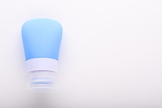 Widok z góry pusta niebieska kosmetyczna tubka kremu na białym tle do brandingu z miejsca na kopię
