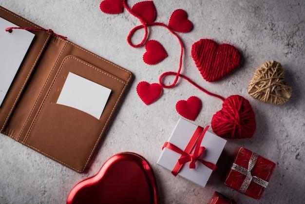 Widok z góry puste białe karty na portfelu i prezent serca