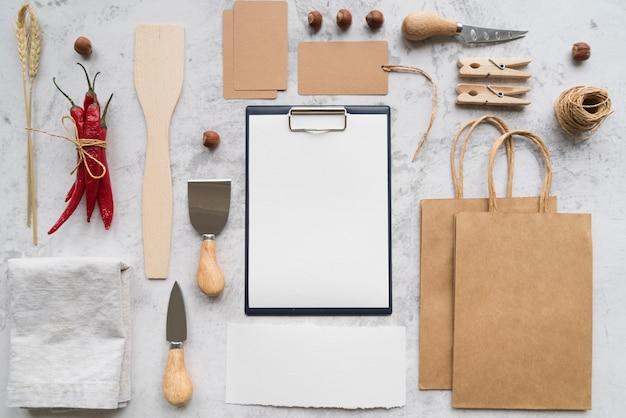 Widok z góry puste menu z papierowymi torbami i papryczkami chili