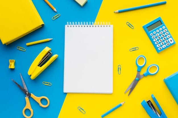Widok z góry puste notatnik i nożyczki