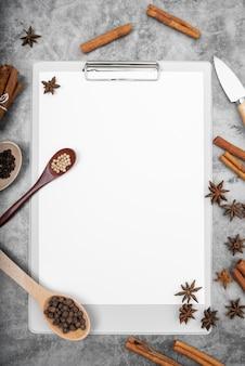 Widok z góry pustego menu z anyżem i paluszkami cynamonu